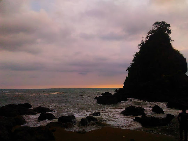 foto sunset di pantai karang agung