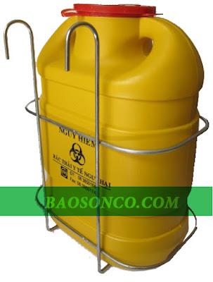 Giá treo được làm bằng chất liệu inox chống gỉ được sử dụng để treo hộp đựng vật sắc nhọn sử dụng trong bệnh viện.