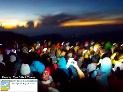 Lautan Manusia menanti Bromo Sunrise di Penanjakan