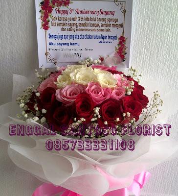 bunga tangan mawar tiga warna pink, putih dan merah model bulat