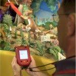 Pessoa acompanha atração portando aparelho especial para deficientes auditivos