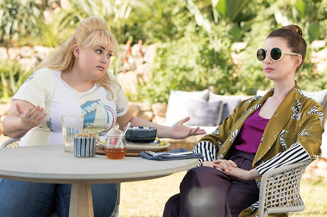 "Anne Hathaway e Rebel Wilson no segundo trailer da comédia ""As Trapaceiras"""