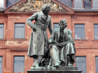 Estátua dos Irmãos Grimm em Hanau, Alemanha