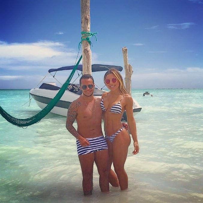 Combinando estampas, Thammy Miranda se refresca no mar de Alagoas com a namorada