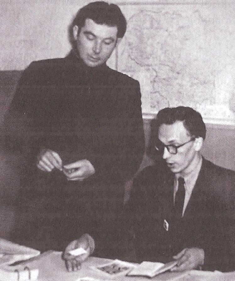 """Juozas Kuolelis (dešinėje) - laikraščio """"Stalinietis"""" redaktorius. Raseiniai, 1956 m."""