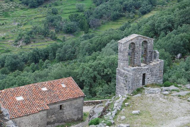 Vista desde arriba de la ermita de Trevejo y la torre del campanario