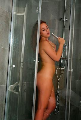 девушка моется под душем