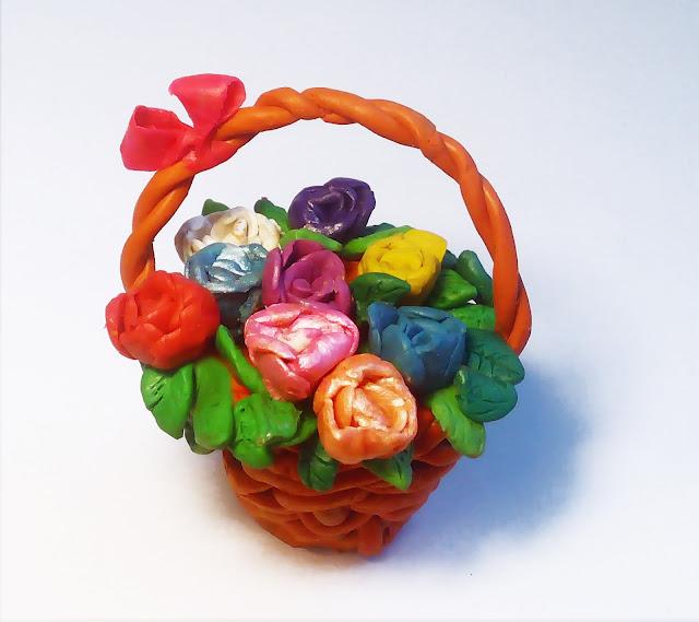 корзина с цветами, вылепленная из пластилина