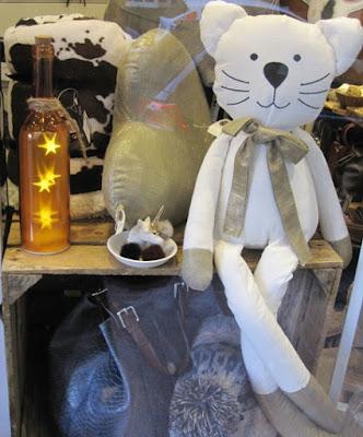 Gato blanco, anillero unicornio y botella luminosa