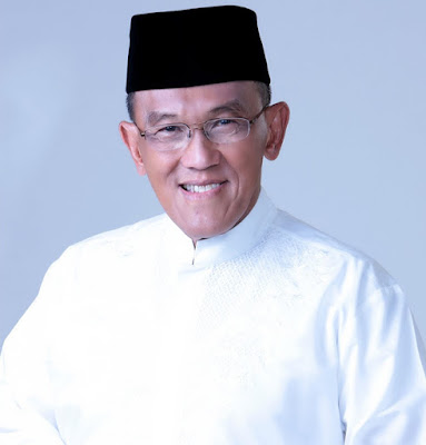 Biografi Aburizal Bakrie   Ir. H. Aburizal Bakrie (lahir di Jakarta, 15 November 1946; umur 65 tahun) adalah seorang pengusaha Indonesia yang merupakan Ketua Umum Partai Golkar sejak 9 Oktober 2009. Ia pernah menjabat Menteri Koordinator Kesejahteraan Rakyat dalam Kabinet Indonesia Bersatu. Sebelumnya ia juga pernah menjabat sebagai Menteri Koordinator Perekonomian dalam kabinet yang sama, namun posisinya berubah dalam perombakan yang dilakukan presiden Susilo Bambang Yudhoyono pada 5 Desember 2005.  Dia adalah anak sulung dari keluarga Achmad Bakrie, pendiri Kelompok Usaha Bakrie, dan akrab dipanggil Ical. Selepas menyelesaikan kuliah di Fakultas Elektro Institut Teknologi Bandung pada 1973, Ical memilih fokus mengembangkan perusahaan keluarga, dan terakhir sebelum menjadi anggota kabinet, dia memimpin Kelompok Usaha Bakrie (1992-2004).  Selama berkecimpung di dunia usaha, Ical juga aktif dalam kepengurusan sejumlah organisasi pengusaha. Sebelum memutuskan meninggalkan karier di dunia usaha, dia menjabat sebagai Ketua Kamar Dagang dan Industri (Kadin) selama dua periode (1994-2004).  Pada 2004, Ical memutuskan untuk mengakhiri karier di dunia usaha, setelah mendapat kepercayaan sebagai Menteri Koordinator Bidang Kesejahteraan Rakyat Kabinet Indonesia Bersatu periode 2004 2009. Dan sejak terpilih sebagai Ketua Umum Partai Golkar 2009-2010, waktu dan energinya tercurah untuk mengurus partai.  Pada 2011