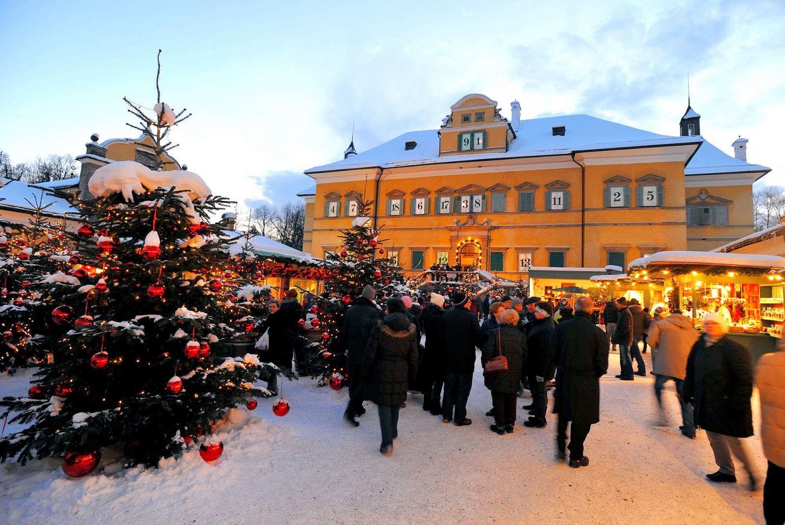 Christmas Market in front of Hellbrunn Palace near Salzburg. Photo: © Hellbrunn Adventzauber. Unauthorized use is prohibited.
