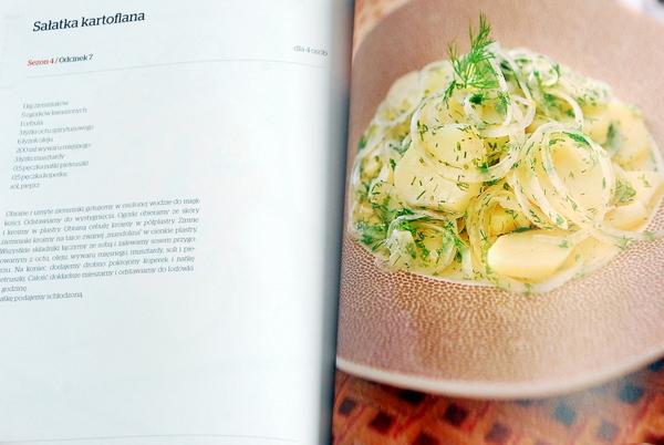 Sałatka kartoflana z ukrywającymi się ogórkami