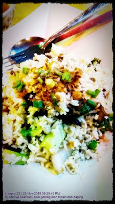 gambar nasi goreng ikan masin berlaukkan daging goreng di Areeya Seafood