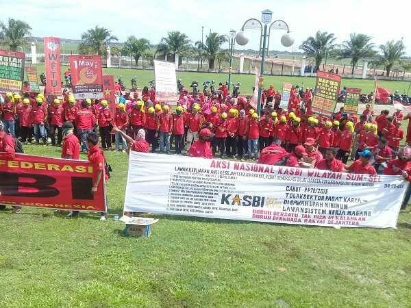 Ratusan Buruh Demo