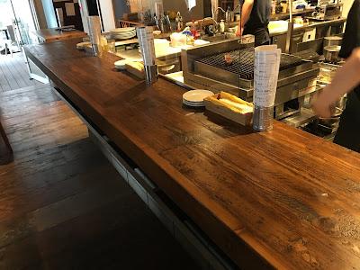 Gems三軒茶屋にある富士屋本店グリルバーの立ち飲み用カウンター