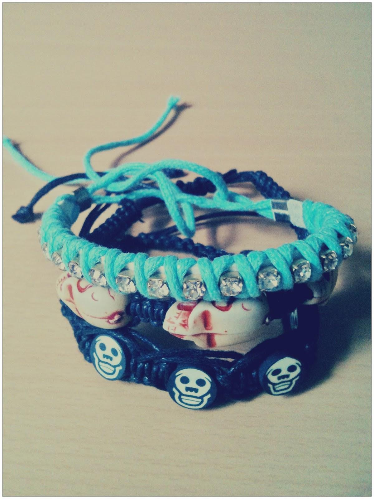 efa2a3beb Lá eu também comprei essas pulseirinhas da amizade que estão super na moda.  Olhem só que legais essas de caveira! Cada uma é R  10