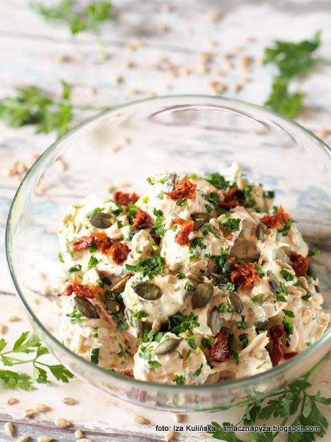 salatka z mlodych ziemniakow, salatka kartoflana, mlode ziemniaczki, suszone pomidory, ziarenka, smaczna salatka, do grilla