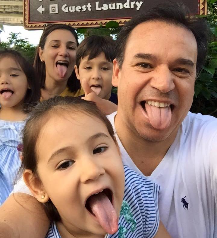 Familia Feliz sacando la lengua