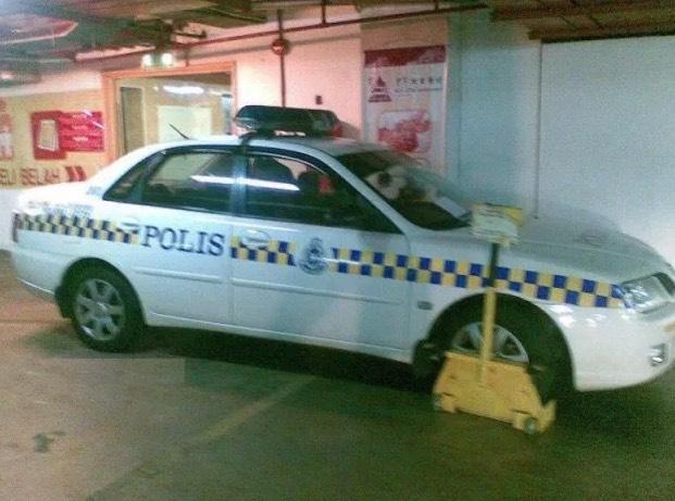 Gambar Kereta Peronda Polis Di Kunci Tayar Ini Buat Ramai Terhibur