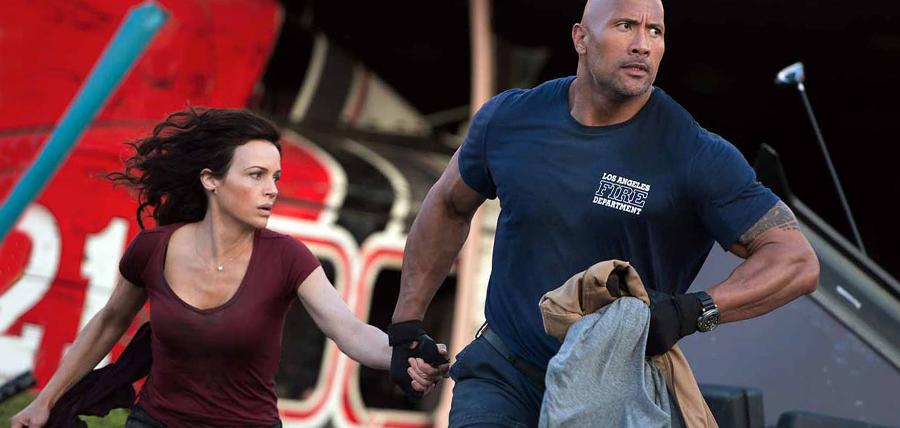 Carla Gugino şi Dwayne Johnson în filmul San Andreas