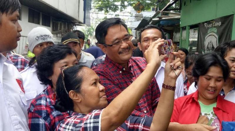 Djarot selfie dengan warga di Kampung Melayu