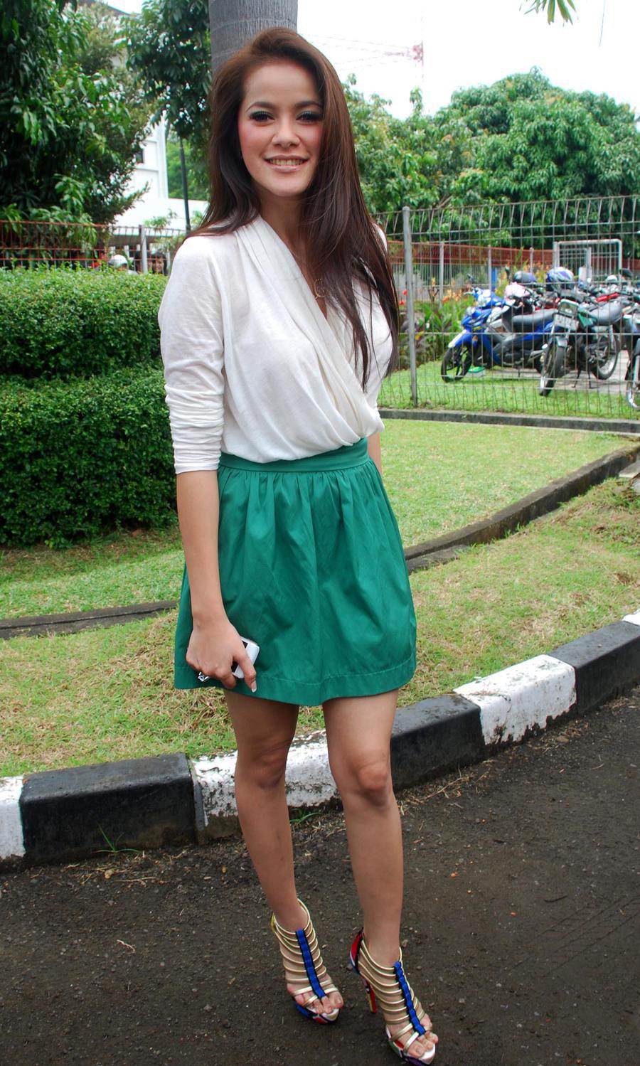 Rok Mini pendek dan hijau artis cantik Olla Ramlan