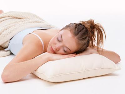 Chica durmiendo sobre una almohada