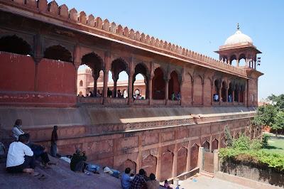 tembok pelindung Masjid Jamak New Delhi