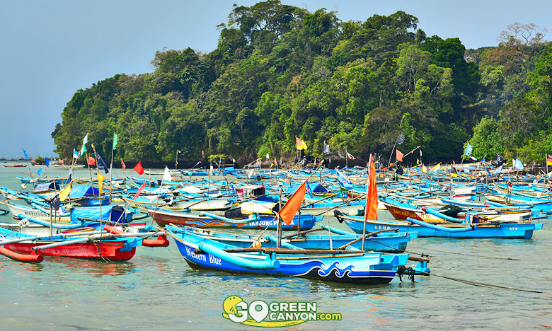 perahu para nelayan yang berubah fungsi menjadi perahu wisata pangandaran jawa barat