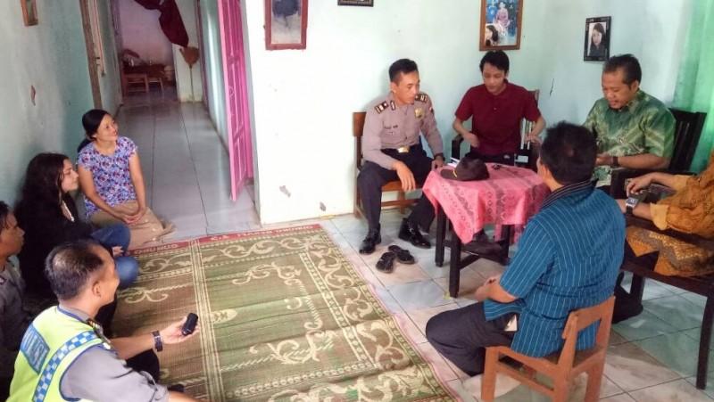 Ilaria bertamu di rumah Dzulfikar di Batang Jawa Tengah