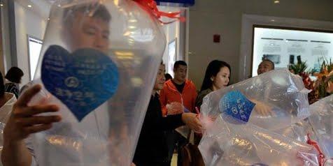 Ternyata Mall Di China Ada Yang Menjual Udara Seharga Rp.2.000/Kantong Plastik, Tertarik Ikut Berjualan ??