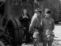 """Кадр из к/ф Чарли Чаплина """"На плечо"""" / Shoulder Arms (1918) - 27"""