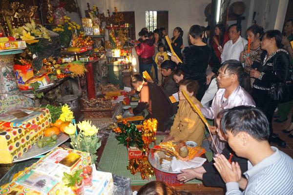 Nguoi dan ta quan niem di ong Hoang Muoi de mong co duoc su binh yen va no du au mot nam lam viec cham chi can cu