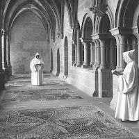 Los monjes rezan e el claustro del monasterio