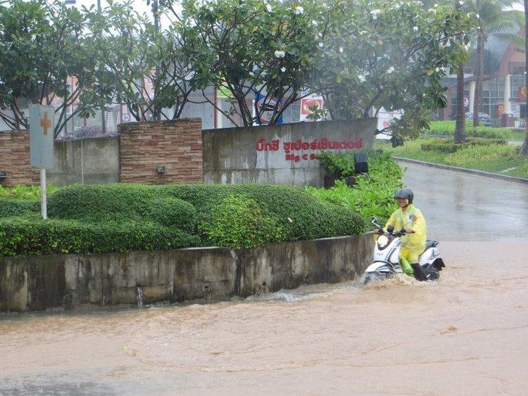 Ямаха фино проезжает затопленную дорогу