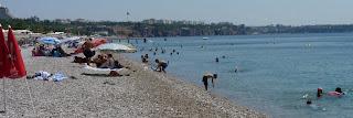 La playa de Konyaalti y el centro de Antalya.