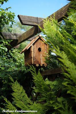 Vogelhäuschen im Bauerngarten