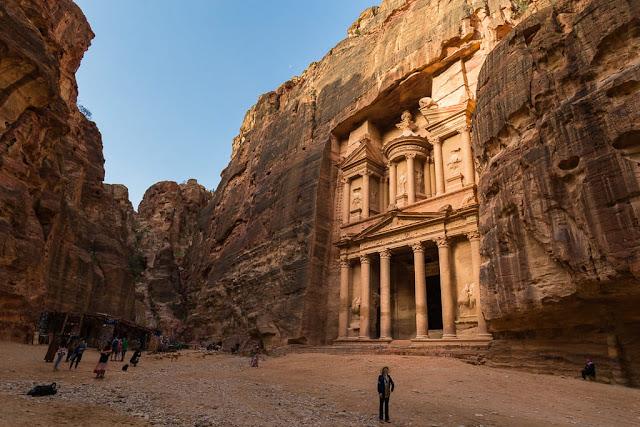 Vista lateral del Tesoro de Petra, Jordania