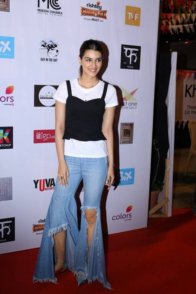 Kriti Sanon Stills In Blue Jeans At Theatre Festival 2017