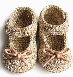 http://www.creativaatelier.com/como-hacer-unos-patucos-de-crochet-tipo-merceditas-de-bebe/
