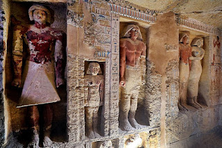 There are 18 niches with 24 statues