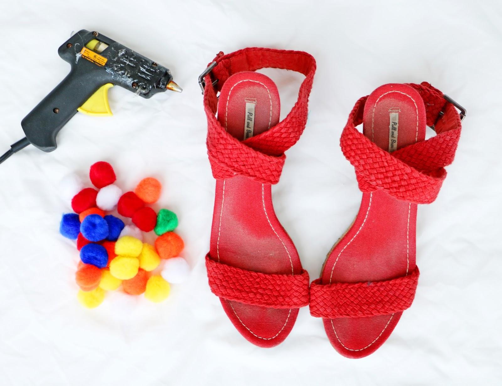 Cute DIY Pompom Sandals. Click through for full tutorial