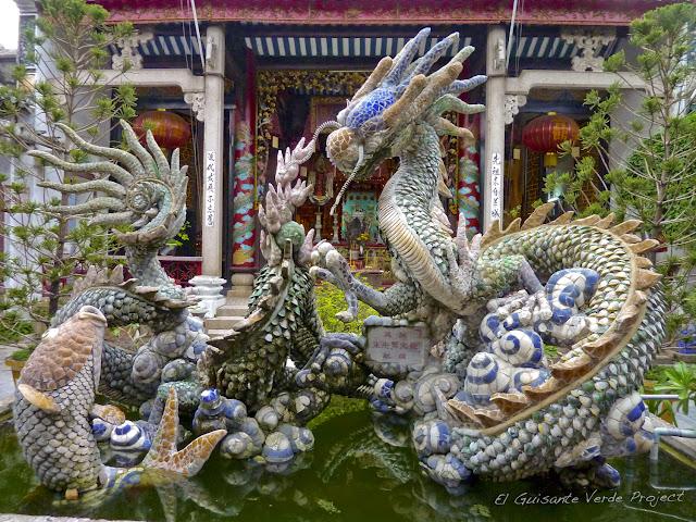 Jardín de Pagoda con dragones en porcelana en Hoi An, por El Guisante Verde Project