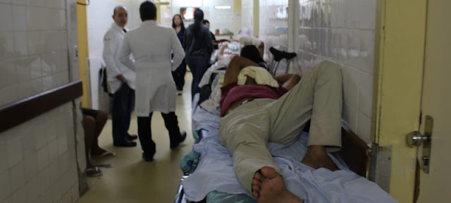 """Hospital Regional de Ceilândia: """"sem parede para encostar paciente"""""""