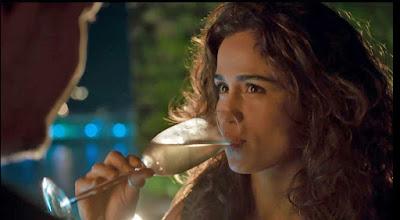 Em 'Amor de Mãe', Érica (Nanda Costa) não consegue esconder o que sente por Raul (Murilo Benício) — Foto: Globo