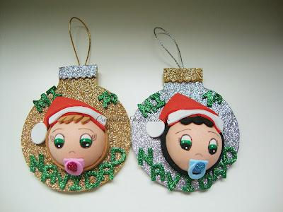 Adorno de goma eva para el arbol,dos bolitas de mi  primera navidad con fofuchos bebés
