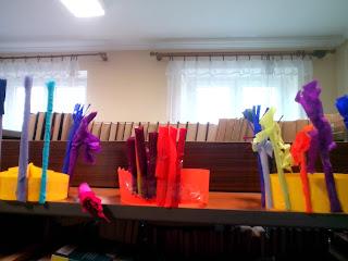 Wykonane przez dzieci pióropusze brazylijskie na półce