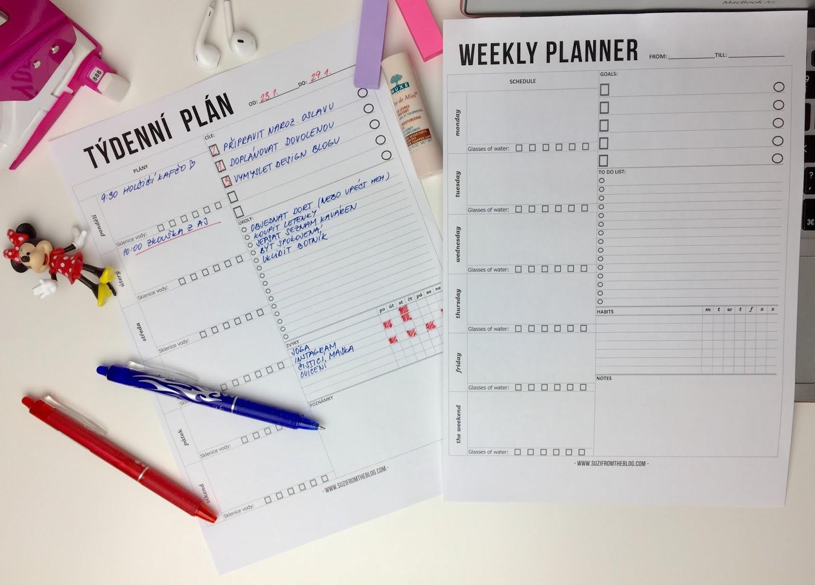 týdenní plánovač položený na bílém stole