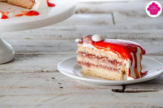 Layer cake à la confiture de fraises, mousse de framboises, chantilly mascarpone et glaçage rouge