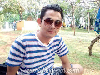 Foto Cakep Miqdad Addausy Pakai Kacamata